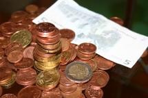 Münzegeld und ein fünf Euro Schein