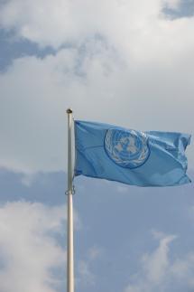 Flagge der UNO weht im Wind