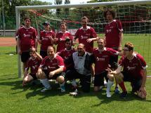 Gruppenbild des Teams BALANCE in den roten BALANCE Dressen vor dem Tor